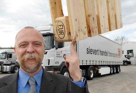 Projektleiter Stefan Wurthmann optmiert bei der sht das Palettenmanagement