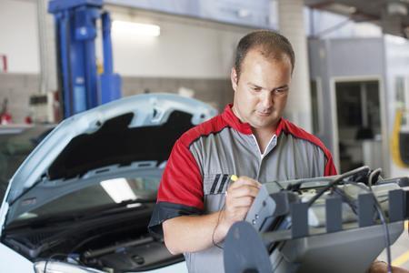 Muss das Fahrzeug in die Werkstatt, graut vielen Autohaltern vor der Rechnung. Dabei können mit ein paar Tricks bis zu einem Drittel der Werkstattkosten eingespart werden