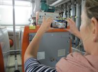 tele-LOOK bringt das, was die Smartphone-Kamera des Kunden sieht, auf das Tablet, Smartphone oder den PC des Handwerkers / Die Interaktion ermöglicht der tele-Punkt, ein beweglicher Kreis, den Kunde und Handwerker simultan auf ihren Displays sehen