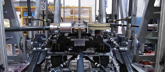 Servohydraulischer 6-kanaliger Festigkeitsversuch mit Fahrwerk des Personentransportsystems (Foto: Fraunhofer LBF)