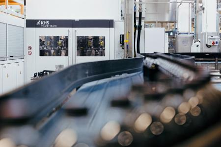 Scores on lower electricity consumption, top performance and use of less material: the KHS InnoPET Blomax Series V stretch blow molder, blocked with a filler for the first time.