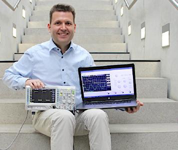 Prof. Dr. Stefan Hörmann lehrt Elektronik und Informatik an der Hochschule Aalen – und hat jetzt die Software für ein virtuelles Oszilloskop entwickelt. Damit sind die Studierenden nicht mehr darauf angewiesen, im Labor den Umgang mit diesem komplexen Messgerät zu üben, sondern ganz bequem von zu Hause. Ziemlich praktisch – nicht nur in Zeiten wie diesen / Bildhinweis: © Hochschule Aalen | Saskia Stüven-Kazi