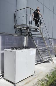 Die technotrans-Kühllösung Chiller omega.k 400 L außerhalb der Halle der Druckerei Bühler