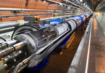 """Das """"LCH Beam Screen"""" beinhaltet unter anderem die Profilteile (walzplattierte Bänder mit speziellem Sägezahnprofil) von Heraeus. Diese verwenden die Wissenschaftler im Large Hadron Collider für die Teilchenstrahlführung der nur wenige Zentimeter durchmessenden Beschleunigungsrohre (kleinster Durchmesser 45,4 Millimeter) (Foto: CERN)"""