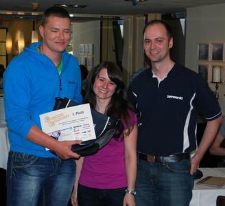 Daniel Böttcher bekommt den Gutschein für den ersten Platz in der Kategorie PHP von Frauke Beelmann und Michael Ablass überreicht (v.l.n.r.)