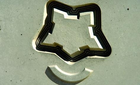 NOEplast machte es möglich, dass sich selbst feinste Linien, die Wasser im Wassergraben symbolisieren, im Beton darstellen ließen. (Foto: NOE-Schaltechnik, Süssen)