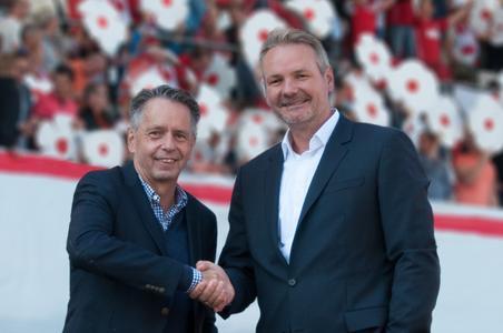 Frank Nowag (rechts im Bild),Vorstandsvorsitzender der Keyweb AG, und Rolf Rombach (links), Präsident des FC Rot-Weiß Erfurt, bekräftigen die Sponsoringpartnerschaft mit einem Handschlag