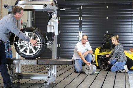 Durch eine geeignete Radaufhängung und geschickte Ansteuerung lässt sich eine Lenkkraftunterstützung für Elektroautos realisieren (Bild KIT/M. Frey)
