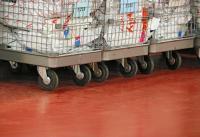 Rollwagen oder Flurförderfahrzeuge verlangen dem Boden viel ab / Bildquelle: Remmers, Löningen