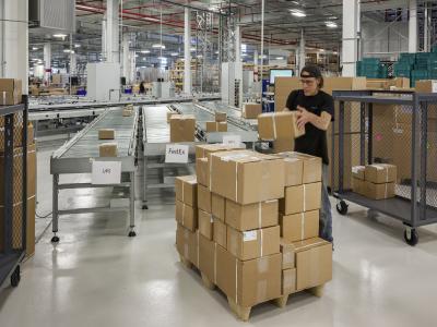 Optimal vernetzt: Über Fördertechnik-Strecken werden die Pakete sortiert und zur Versand-Station des jeweiligen Dienstleisters transportiert / Foto: WITRON