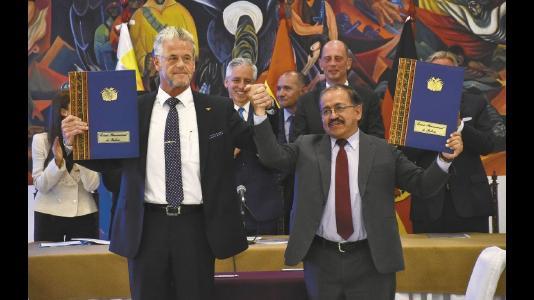 Die Unterzeichnung des Partnerschaftsabkommens durch Yacimientos de Litio Bolivianos (YLB) und baden-württembergischen ACI Systems Alemania GmbH (ACISA) stellt einen wichtigen Meilenstein in der Realisierung des bolivianisch-deutschen Lithium-Projekts dar. Prof. Dr. Wolfgang Schmutz (li), CEO der ACISA, und Juan Carlos Montenegro, (re) Chef von YLB / Bildquelle: EL DEBER
