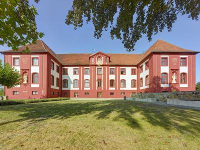 Das prunkvoll erbaute Konventgebäude des Klosters ist mit einem dreischichtigen Auftrag einer roten, hoch wetterbeständigen Silikonharzfarbe versehen.