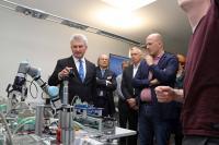 Prof. Andreas Pinkwart informiert sich bei der Firma Lucas-Nülle über Industrie 4.0 in der beruflichen Bildung