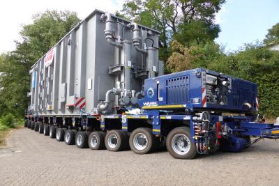 Der Transformator wird zur NATO-Rampe gefahren. Immer wieder musste das 280 PS starke PowerPack nachlenken und das Niveau ausgleichen (Bild: Wasel)