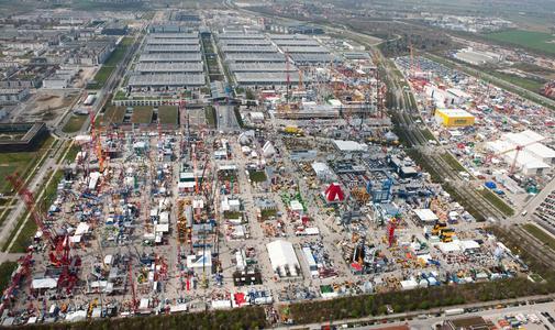 Luftbild von der bauma 2010 mit 555.000 Quadratmetern Ausstellungsfläche