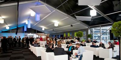 Komfort und Atmosphäre im Hauptzelt für Kommunikation und Dialog