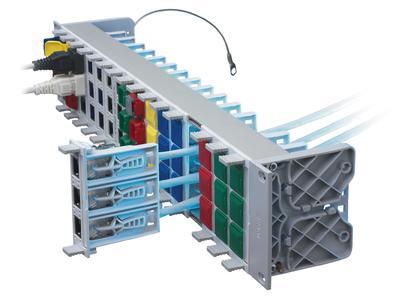 Das neue 2HE Global Rangierfeld bringt eine Standard-Anschlussdichte für 48 Ports samt dem R&M-Sicherheitssystem auf 19-Zoll-Format. Foto: R&M