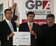 Übergabe des Bildungszertifikates an Herrn DI Hiermann (Bildmitte)