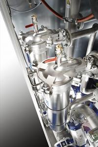 Eine hohe Vakuumleistung, starke Pumpen und große Leitungsquerschnitte ermöglichen ein schnelles Füllen und Entleeren der Arbeitskammer und Tanks sowie eine optimale Lösemitteleinbringung in den Warenkorb.