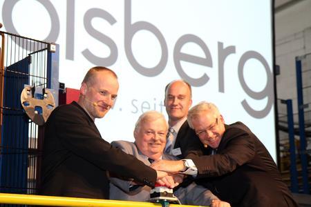 Feierliche Einweihung der neuen Formanlage: Dr. Volker Schulte (Technischer Leiter Olsberg), Guntram Schneider (NRW-Arbeitsminister), Ulrich Herrmann (Gießereileiter Olsberg), Ralf Kersting (Geschäftsführer Olsberg GmbH) (von links)
