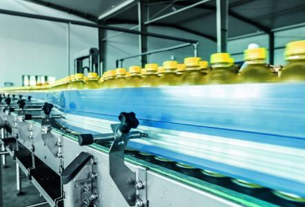 In use on a conveyor belt with bottles: As a motor-gear combination, ETAŋ drive (right) achieves up to degrees of efficiency of up to 90 percent and due to its surface properties it is also suitable for aseptic applications, like in the beverage industry / Image: 06photo/fotolia