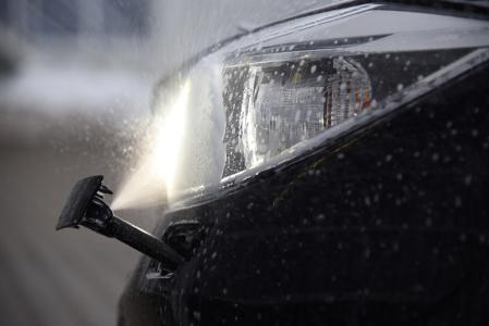 Gut geduscht: Eine Scheinwerfer-Reinigungsanlage verhindert Blendung und schafft optimale Sicht
