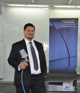 Anton Lovrec, Vertriebsleiter Lesonal Deutschland fühlt sich in der Lackierkabine zu Hause