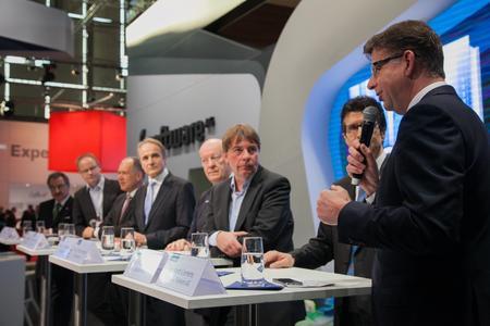 Prof. Dieter Kempf (Präsident Bitkom), Carsten Knop (Moderator), Frank Riemensperger (Managing Director Accenture), Karl-Heinz Streibich (CEO Software AG), Prof. Dr. Wolfgang Wahlster (Direktor und CEO DFKI), Prof. Dr. Peter Buxmann (TU Darmstadt), Dr. Michael Gorriz (CIO Daimler) und Reinhard Clemens (CEO T-Systems) diskutieren über die Chancen des digitalen Unternehmens (v.l.n.r.)