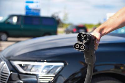 Laden und Pause machen: Das Ladestationsnetz ist gerade an den Autobahnen gut ausgebaut
