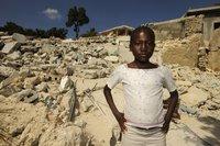 Haitisches Mädchen vor den Trümmern ihres Stadtviertels., Quelle: Foto Jens Großmann