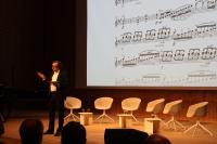 Dirigent Paolo Bressan wies in seinem Impulsvortrag auf die Ähnlichkeiten zwischen einem Orchester und einem Unternehmen hin
