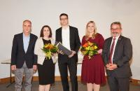 Die Absolventen Uta Dreher (2.v.l.), Daniel Knapp (Mitte) sowie Cornelia Gieringer (2.v.r.) mit Studienleiter Thomas Weber (l.) und Kammerpräsident Johannes Ullrich (r.). Foto: HWK FR