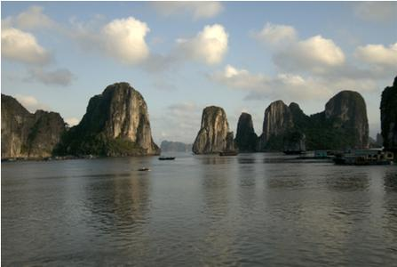 The Vietnamese Halong Bay - picturesque and favored by tourists, but many of the inhabitants of the numerous islands have to live without a regulated power grid system. Image: huweb.net / Fotolia.de