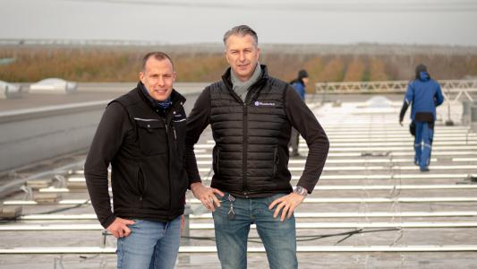 Managing Director Frank Hoffmann (right in the picture) and Plant Manager Felix Abel (left) are pleased about the rapid progress of work on the second expansion stage of the Wunderlich photovoltaic system