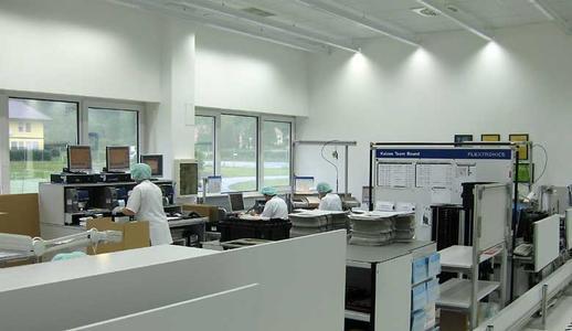 Die für die Studie im Elektrounternehmen Flextronics eingesetzten Lichtbandleuchten Tecton eignen sich optimal für die Beleuchtung von Industrie- und Produktionshallen. Problemlos können Sie über ein Lichtmanagementsystem gesteuert werden.
