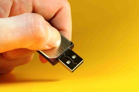 Einen USB-Stick mit Unternehmensdaten kann man einfach in der Hosentasche aus dem Unternehmen schmuggeln