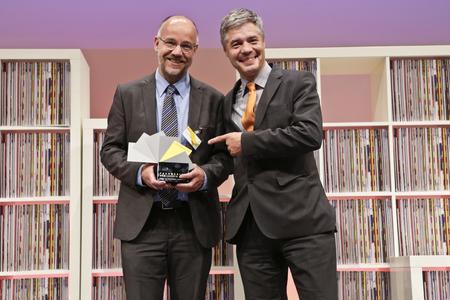 """Chefredakteur Achim Halfmann (links) und Projektbetreuer Dr. Gunther Schunk (rechts) freuen sich über die Auszeichnung """"Fachmedium des Jahres"""" 2012"""