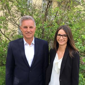 v. l. n. r. Gerd Kunert, Geschäftsführer der Dr. Schmitt GmbH Würzburg – Versicherungsmakler und Absolventin Sarah Schubert