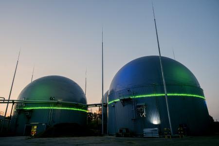 Bei den Biogastanks wird das obere Drittel der drei Tanks durch die grüne Lichtlinie »VarioLED Flex VENUS« ringsherum begrenzt