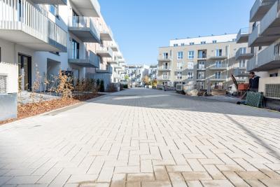 Neben fertig angelegten Grünbereichen und Belagsflächen befinden sich die Ausführungsarbeiten im rechtsseitigen Innenhofbereich noch in vollem Gange. Quelle: Straßen- und Tiefbau Urban GmbH