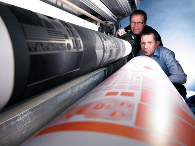 Günther Weber, Geschäftsführer Flex-Punkt Druckformen, und Armin Senne, Business Manager Flexodruck bei ContiTech Elastomer Coatings, begutachten die Flexodruckplatten aus Kautschuk, Foto: ContiTech
