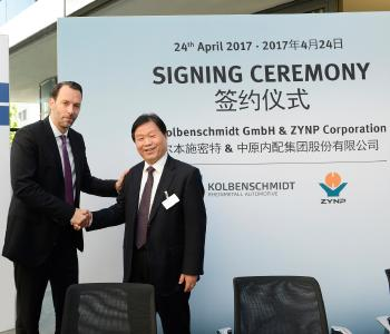 Dr. Alexander Sagel, Chairman of the Hardparts Division of Rheinmetall Automotive (l.) and Delong Xue, Chairman of ZYNP Corp. after the signing ceremony of the license agreement at the Rheinmetall Automotive Headquarter in Neckarsulm/ Germany