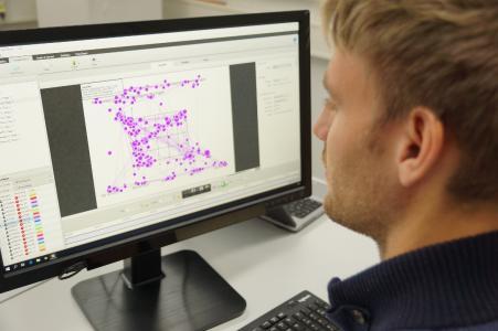 Mit der Eye-Tracker-Technik ist es möglich, Blickbewegungen zu erfassen und zu analysieren, um so Rückschlüsse auf das Lernverhalten zu ziehen / Foto: Yvonne Müller