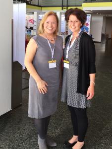 Prof. Dr. Wiebke Scharff Rethfeldt und Bachelor-Absolventin Eva-Maria Regelmann präsentierten eine erstmals in Deutschland angewandte und vielversprechende Technologie zur Untersuchung des Interaktionsverhaltens bei Kleinkindern