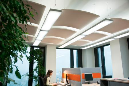 In den Büros des Hamburger Philipps Tower wurden die Akustikmaßnahme gekonnt mit der Beleuchtung in Beziehung gesetzt / Fotos: Caparol Farben Lacke Bautenschutz