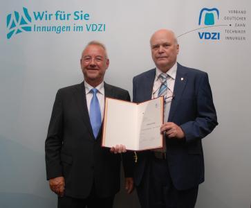 Uwe Breuer hat im Rahmen des 62. Verbandstages in Düsseldorf die Goldene Ehrennadel an Thomas Lüttke verliehen