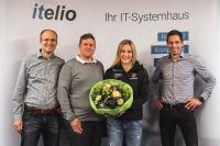 itelio-Geschäftsführer Peter und Tobias Kurz, Weltcup-Biathletin Anna Weidel sowie itelio-Geschäftsführer Ingemar Mayr nach der Vertragsunterzeichnung.