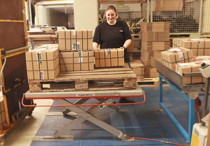 Höhenverstellbare Hubtische in der Kommissionierung sorgen für Entlastung der Mitarbeiter. (Foto: TORWEGGE)