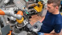 Mensch-Roboter-Kollaboration in der Achsgetriebemontage
