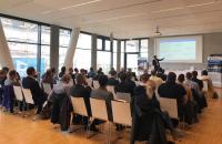 26 Projekte präsentierte MAI Carbon-Geschäftsführer Tjark von Reden (vorn) auf dem diesjährigen Projektforum / © MAI Carbon